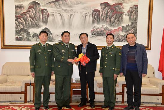 河南省商丘市公安消防支队向宁陵捐赠大吨位水罐消防车