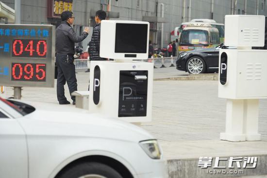 智能停车管理机器人亮相长沙 出入停车场全程自助