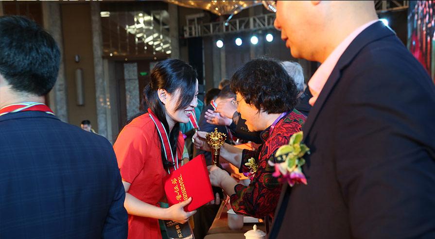 """2017年度中国特种装备行业""""十大领军人物""""获奖代表上台领奖"""