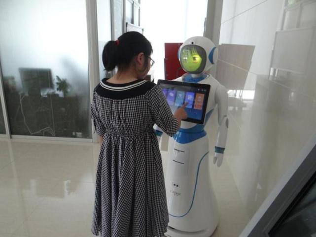 浙江舟山首个法律服务机器人上岗 有法律问题找它
