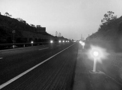 """河南高速44处团雾多发路段装""""防撞神器""""(图)"""