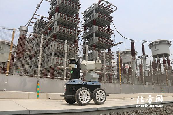 天津南特高压海河站巡检机器人参加迎峰度夏保电作业