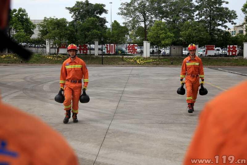 40℃高温下 重庆市长寿消防员全身披挂苦练(组图)