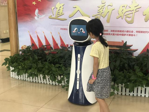 """广东珠海:智能机器人""""贝贝""""为粤港澳居民提供""""一体化""""咨询服务(图)"""