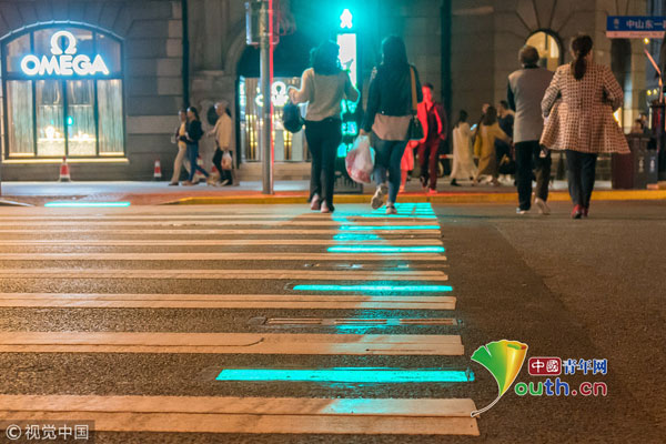 上海外滩发光斑马线投入使用 为中国首套新型行人过街提示系统(组图)