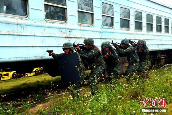 广西桂林武警开展火车反劫持演练(组图)