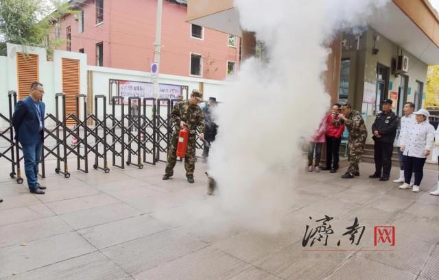 """山东济南一小学突发""""火情""""?其实是场逼真的消防演练(组图)"""