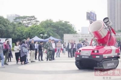 广东佛山:消防机器人亮相 灭火排烟能抢险(图)
