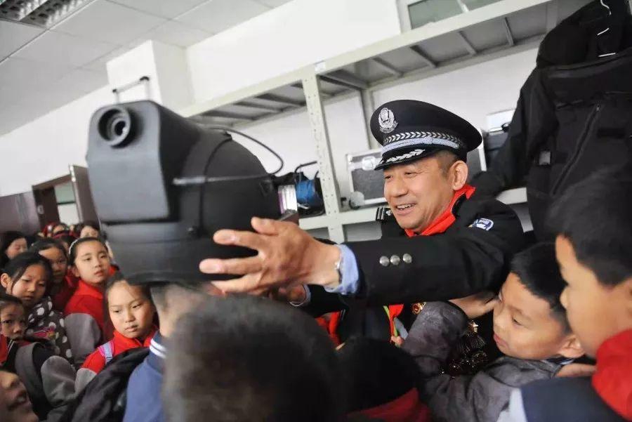 """山东济南:特警支队组织开展""""走进特警·致敬英雄""""警营开放日活动(组图)"""
