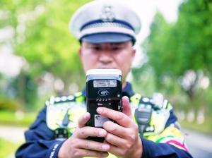 """广东广州交警装备再升级 """"酒测""""一秒出结果 (组图)"""