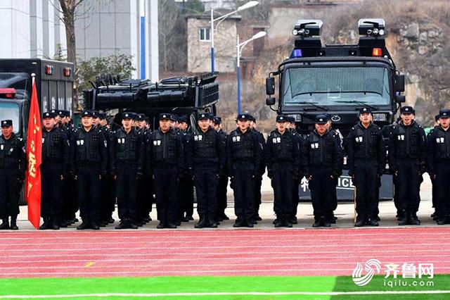 山东济南特警支队深化冬训练兵实战演练(组图)