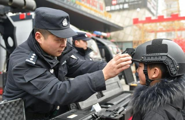 安徽阜城香港财富广场门前,特警全副武装!惊呼声一片(组图)