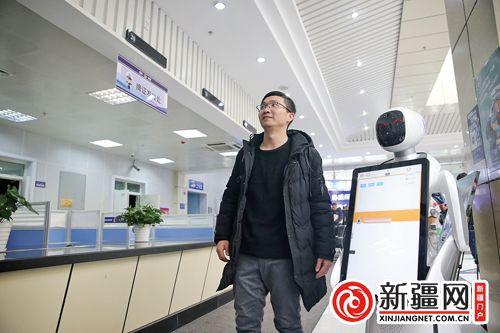 """集四项服务功能于一身 智能机器人""""小艾""""在新疆乌鲁木齐车管所上岗(图)"""