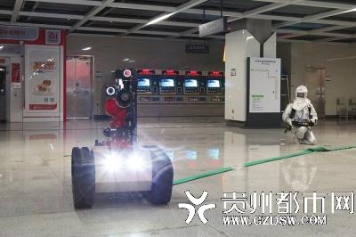 地铁站,机器人在灭火?原是消防救援演练(图)