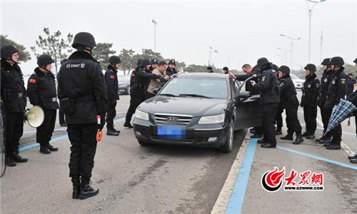 山东临沂市公安局举行全市公安机关处置突发性事件实战演练(组图)