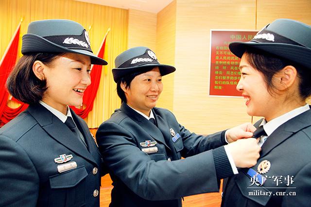 湖北省军区举行首批文职人员换装暨宣誓仪式(图)