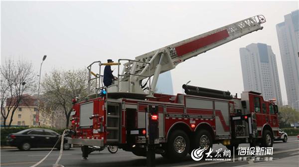 筑牢安全防线 市南区举行大型消防综合应急救援演练(组图)