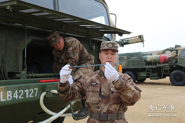 """第79集团军某防空旅:给新装备做一次全面""""Spa""""!(组图)"""
