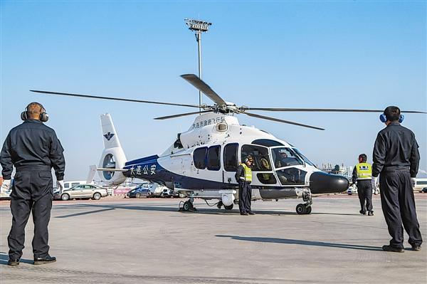 辽宁大连:警用直升机为徒步大会保驾护航(图)