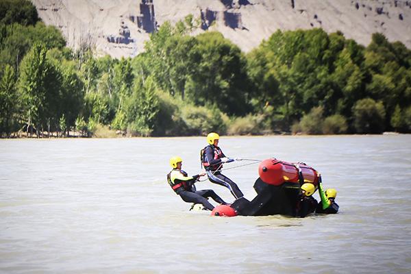 青海消防救援总队举行山岳水域救援演练,包括翻舟自救等科目(图)