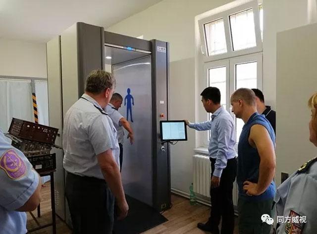 监狱工作人员向英国首相展示囚犯人体藏毒手段 同方威视人体安检仪让毒品无处可藏(组图)
