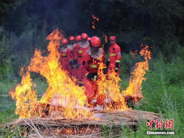 """吉林森林消防""""新兵""""奋不顾身闯""""火场"""""""