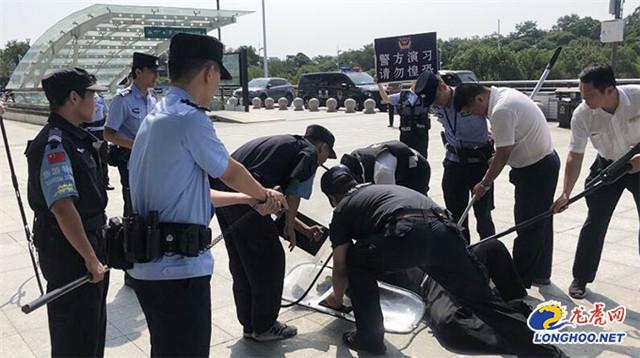 """江苏扬州反恐演习!""""暴恐分子""""持刀砍旅客55秒被制服(组图)"""