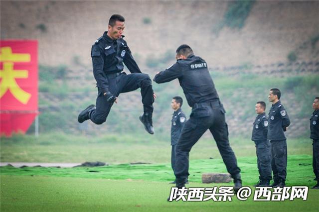 陕西省举行新中国成立70周年大庆安保誓师大会暨公安特警跨区域拉动反恐处突演练(组图)