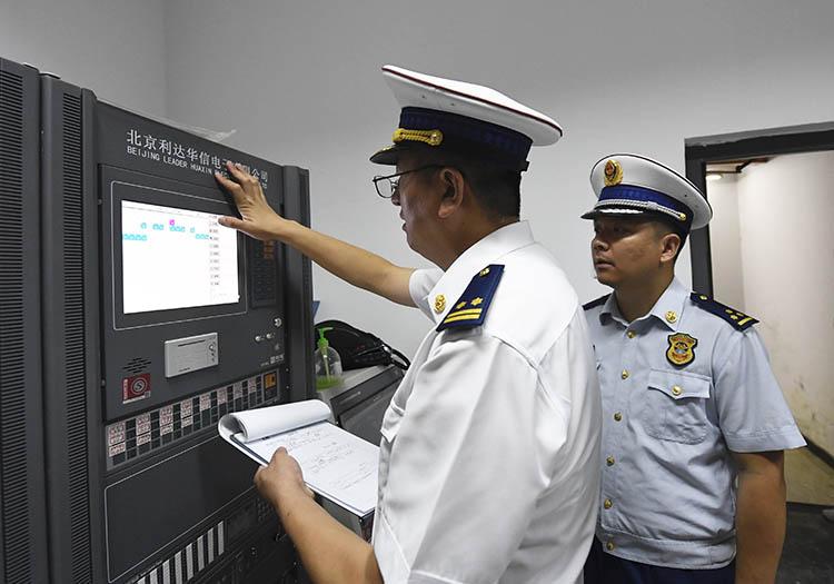 北京执法部门联合行动 夜查电动自行车消防安全(组图)