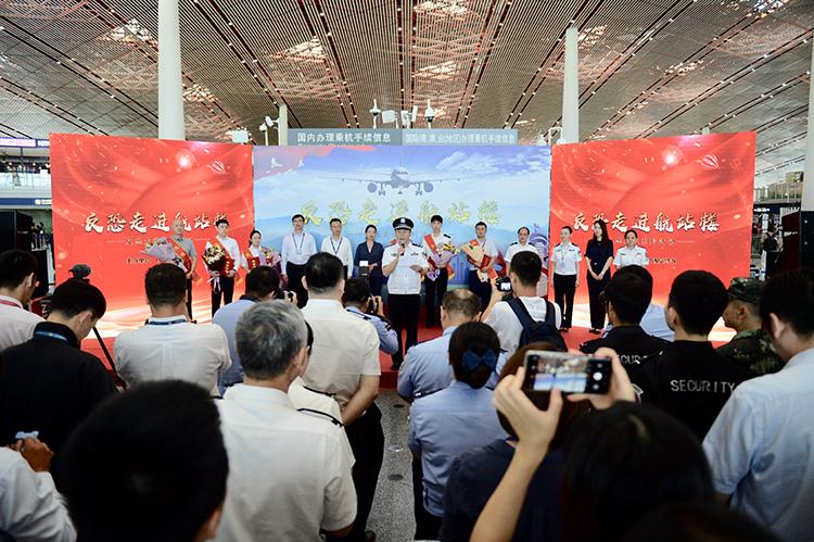 """反恐宣传进首都国际机场 旅客警犬举行""""拔河""""比赛(组图)"""