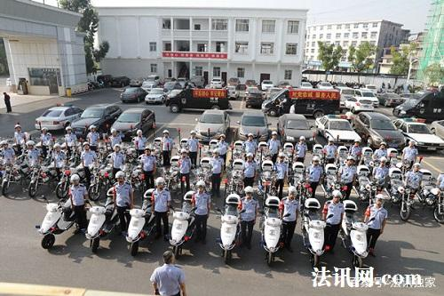 江西兴国县公安局为基层一线单位配发警用车辆(图)