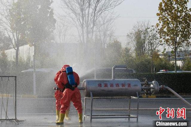 """排烟灭火机器人亮相河北衡水高新区""""119消防宣传月""""(组图)"""