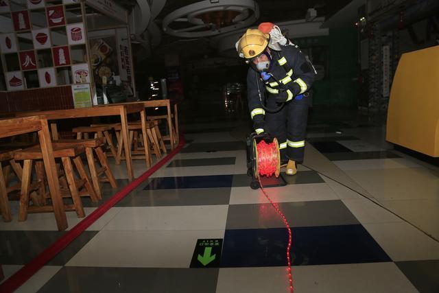 湖北省咸宁市消防救援支队开展地下建筑夜间无预案拉动演练(组图)