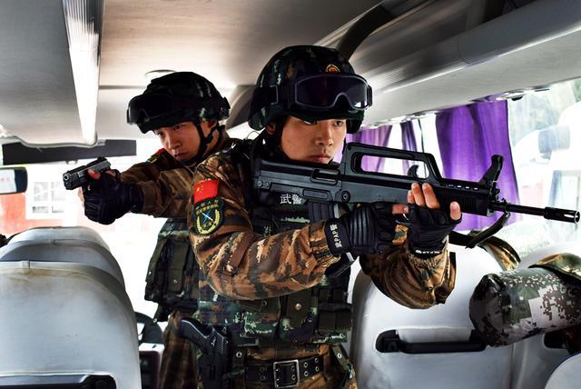 武警北京特战小队演练追击暴恐分子(组图)