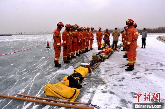 甘肃酒泉消防开展冰上救援培训演练 加强人才队伍建设(组图)