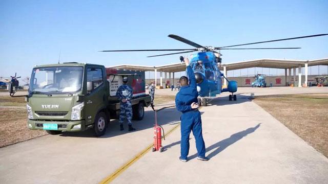 给力!空降兵再次出动直升机运送医疗物资(组图)